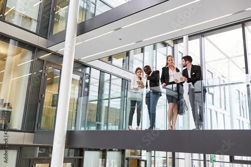 Fotografía  Business Leute in der Konzern Zentrale