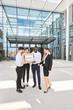 Business Team mit einer Box mit einer Spende
