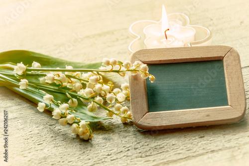 Fotografie, Obraz  Kleine Tafel mit Kerze und Blumen, Dekoration mit Maiglöckchen