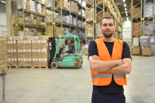 Photo portrait of successful workers in a warehouse of a logistics company  // Mann ar