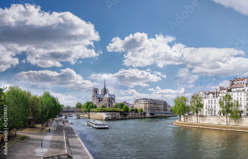 Foto  Panorama with Notre Dame cathedral and boat on Seine in Paris, France
