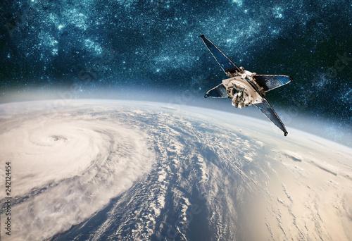 Fototapeta premium Monitorowanie satelity kosmicznego z pogody na orbicie Ziemi z kosmosu, huraganu, tajfunu na planecie Ziemi.