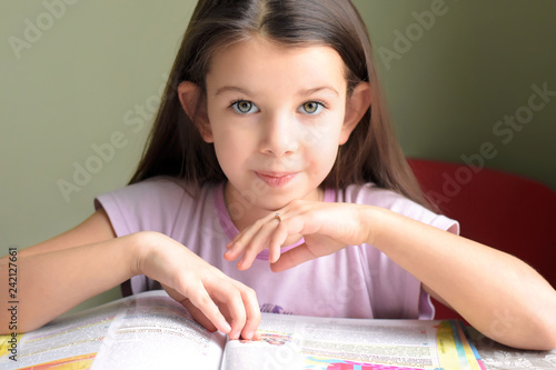 Photo  little caucasian white beautiful long haired brunette girl reading a book