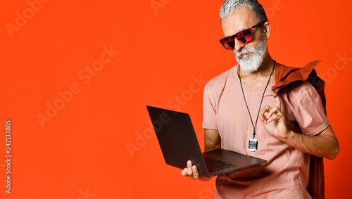 Fotografía  Happy portrait of trendy pensioner enjoying the use of new laptop
