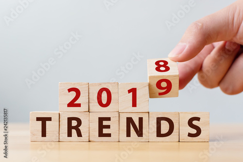Fotografía  2019 trend concept. Hand flip wood cube change year 2018 to 2019