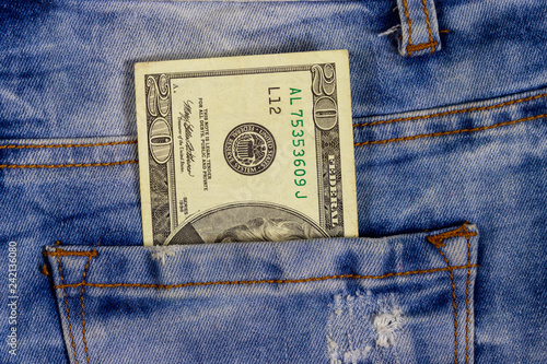 Fotografía  Twenty dollars bill in the pocket of blue jeans