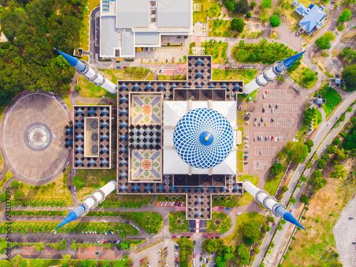 Photo Drone view of Masjid Sultan Salahuddin Abdul Aziz Shah or Blue Mosque in Shah alam ,Selangor, Kuala lumpur, Malaysia