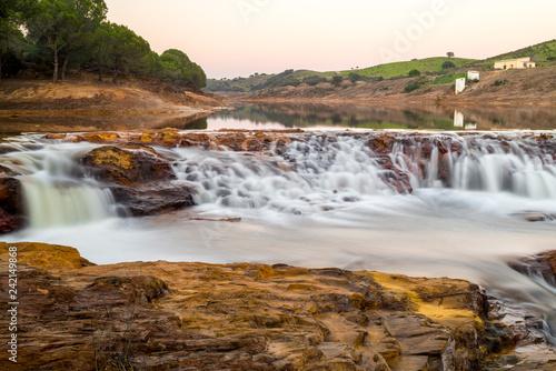 Zdjęcie XXL Rio Tinto w Huelva Andaluzja kolory czerwony i ochry, które dają księżycowy klimat w zaskakującej wodzie wodospadu krajobraz