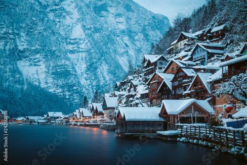 In de dag Centraal Europa Hallstatt in mystic twilight in winter, Salzkammergut, Austria