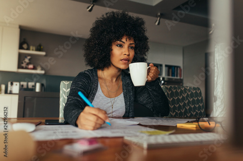 Foto Female architect working at her home office desk