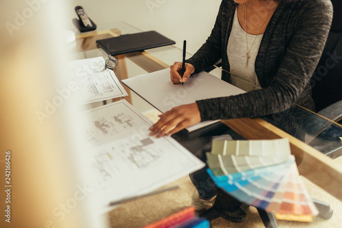 Fotografía  Female architect preparing new floor plan for a project