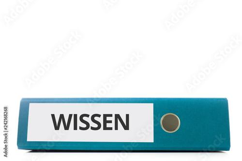 Fotografia  blauer liegender Aktenordner mit Beschriftung wissen vor hellem Hintergrund