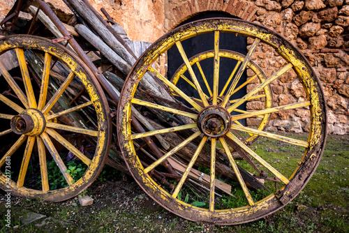 Fotografía  carruaje ruedas de madera antigua carro en el castillo de niebla en Huelva