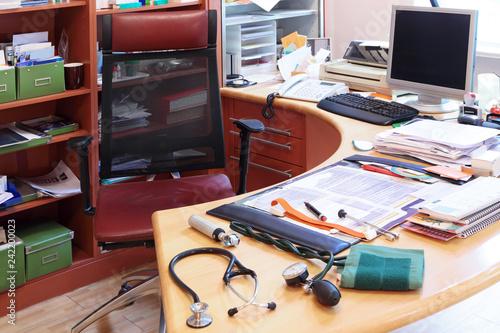 Photo Chaos auf den Schreibtisch eines Arztes