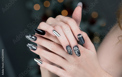 Montage in der Fensternische Maniküre Close up on beautiful female hands with Nail Art manicure.