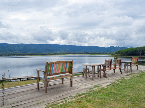 Foto  Scenic view landscape of lake and mountains in Northern Thailand.