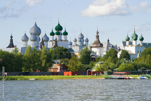 Photo View of domes of the Kremlin of Rostov Veliky in the July evening