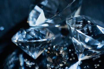 bliska przezroczystych czystych diamentów na czarnym tle