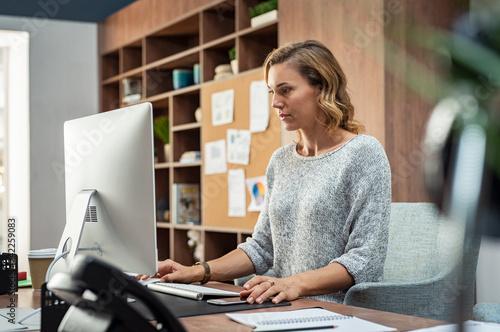 Leinwand Poster Creative business woman using computer