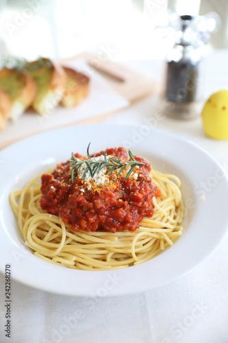 Foto  Spaghetti bolognese tomato sauce with bread , italian food
