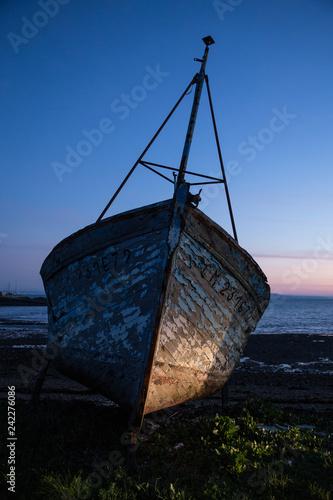 Photo épave de vieux bateau abandonné, échoué au lever du jour