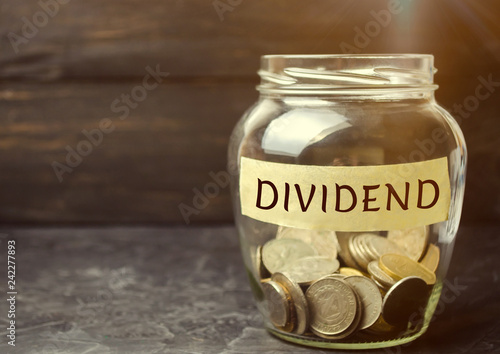 Fotografía  Glass jar with the word Dividend