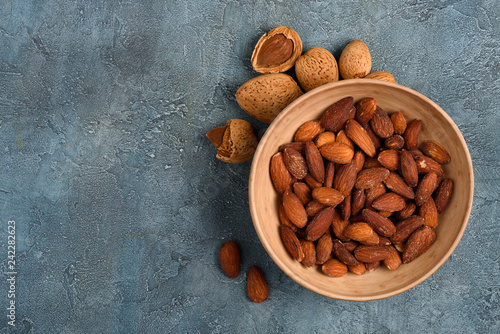 Fotografía  Almond roasted and salted in the bowl on rustic table