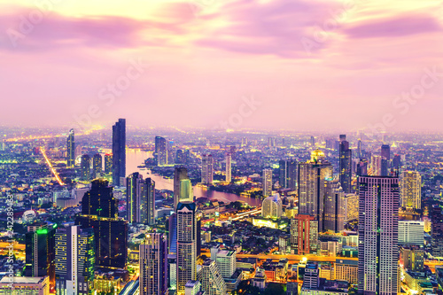 Photo  View commercial modern building and Chao Phraya river in city downtown at twilig