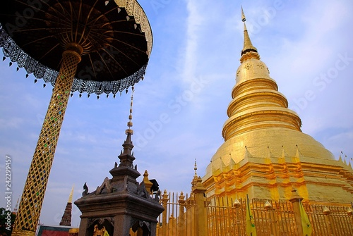 Foto  Golden pagoda in the Buddhist temple with blue sky