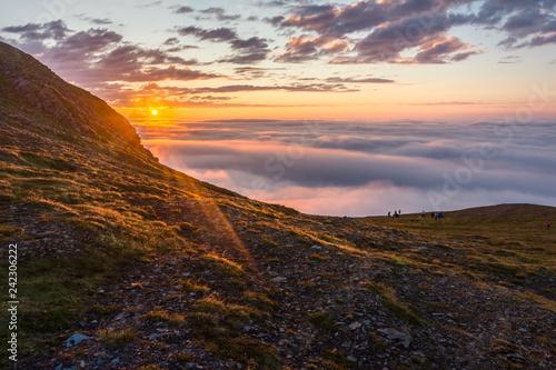 Fototapeta premium Zmierzch w mgle na skałach Soroya, Norwegia