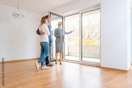 Foto  Junges Paar auf Besichtigung einer Mietwohnung