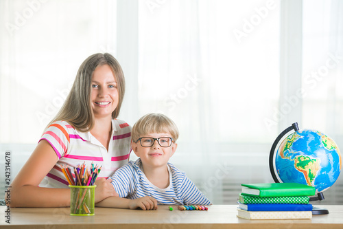 Fotografía  Adorable child studying with his mother at home