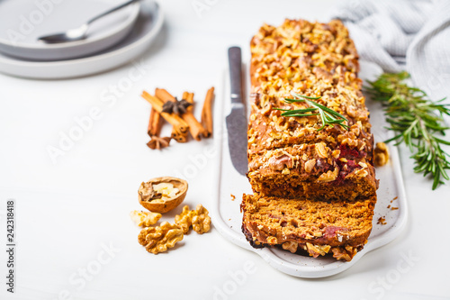 Fotografia Vegan berries and nuts bread