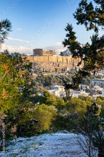 Die Altstadt von Athen, Plaka, mit der Akropolis und dem Parthenon Tempel im Winter mit Schnee