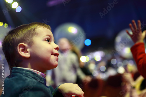 Foto  Smiling child in concert hall