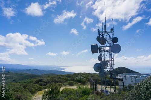 Foto Telecommunication Radio antenna Tower on the Pacific Ocean coast, California