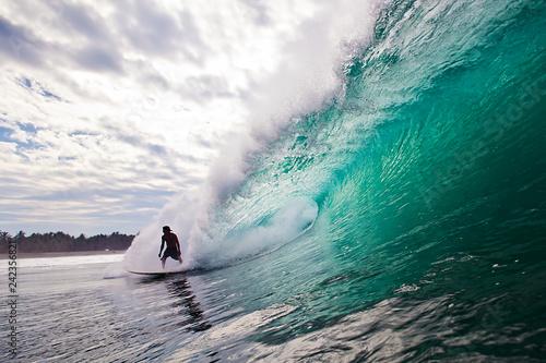 Surfer auf einer großen, brechenden Welle