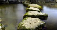 Trittsteine Im Wasser Zum Ande...