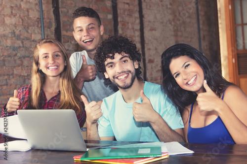 Foto  Junge Studenten haben Prüfung bestanden