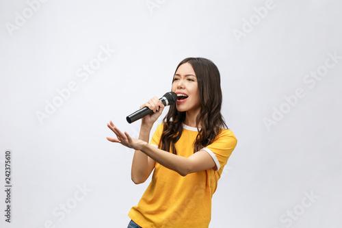 Photo beautiful stylish woman singing karaoke isolated over white background