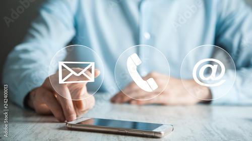 Fotografía  Businessman hand phone with virtual buttons