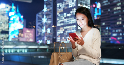 Photo Woman use of smart phone in city