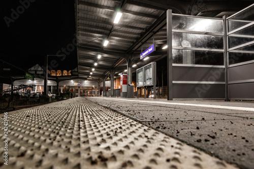 Foto auf AluDibond Bahnhof Leerer Bahnsteig bei Nacht