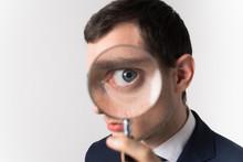 虫眼鏡で見る男性