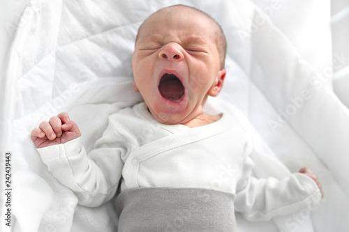 Fototapeta Płaczący noworodek. Pierwsze dni na świecie, noworodek śpi w łóżeczku. obraz