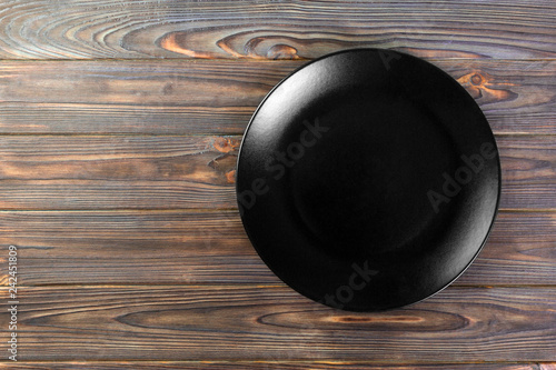 Poster de jardin Vache Directy above Empty black matte dish for dinner on wooden background with copy space