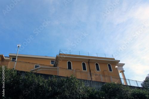 Fotografie, Obraz  Facciata con finestre ad arco terrazza e  cielo azzuro