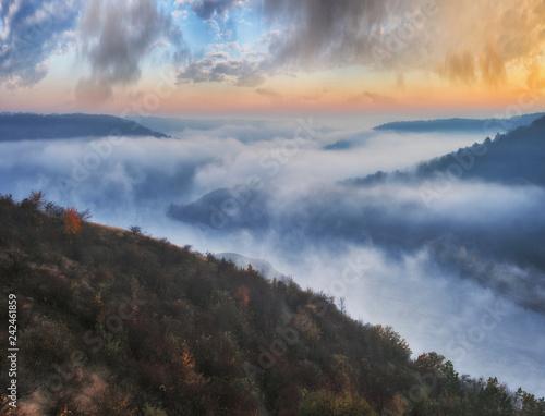 mglisty-kanion-malowniczej-rzeki-mglisty-jesienny-poranek