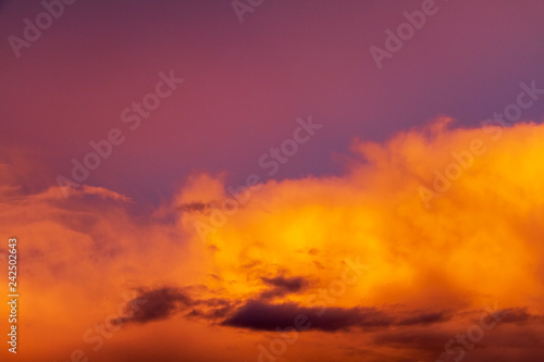 Papiers peints Grenat coucher de soleil dans les nuages