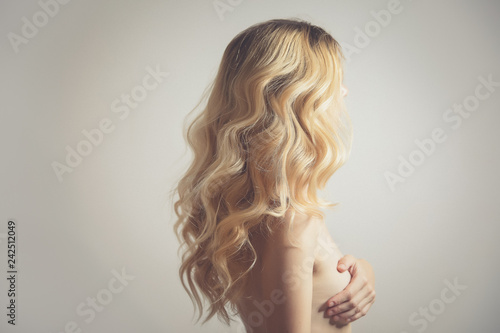 Fotografía  back view of model with long curly blond hair